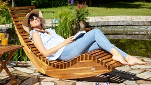 Frau entspannt auf einer Sonnenliege