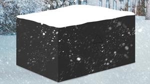 Abgedeckte Gartenmöbel im Schnee