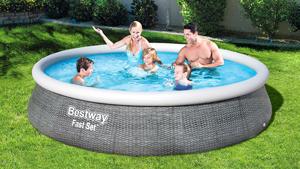 Familie in aufblasbarem Bestway Pool