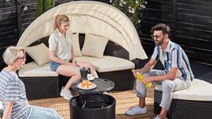 Personen sitzen auf einer Sonneninsel
